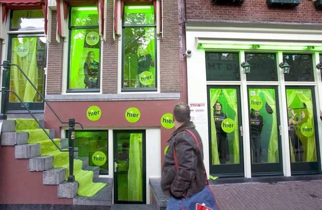 Greenpeace pinta el barrio rojo de Amsterdam de verde